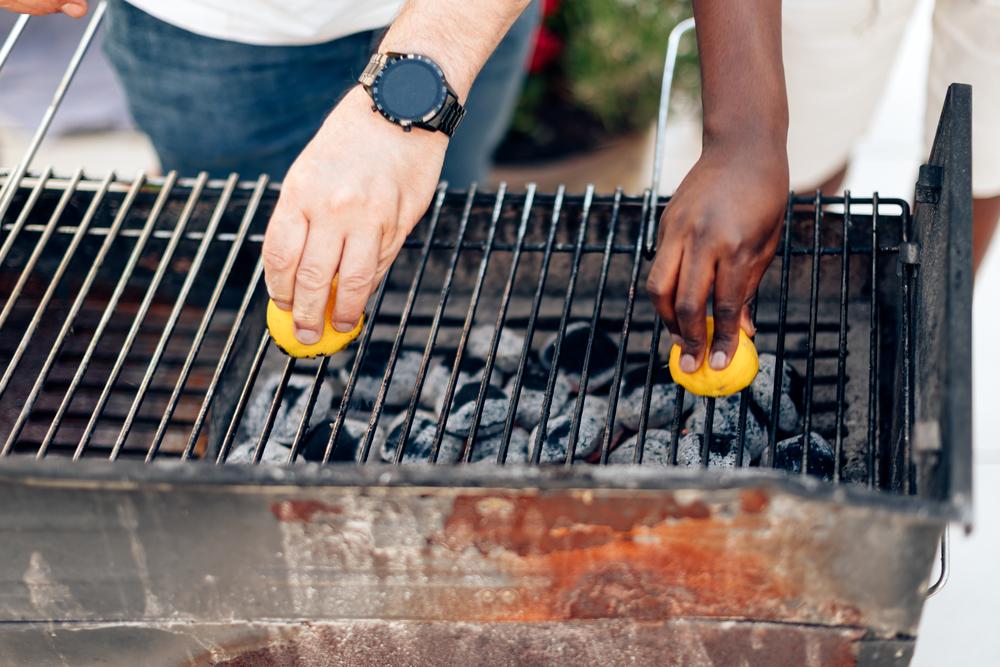 nettoyer la grille du barbecue